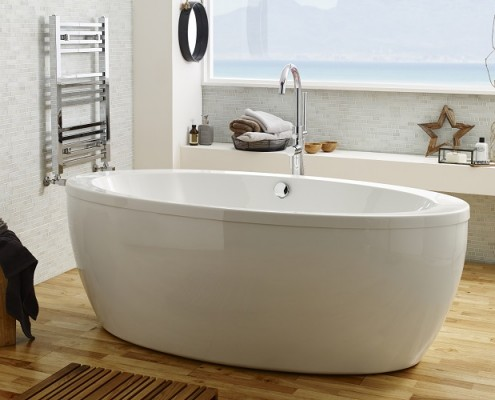 Oval freestanding bath with freestanding tap - Wood theme